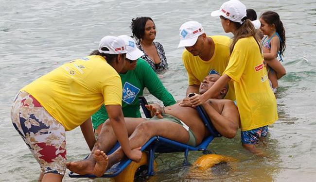 O aposentado Manoel Nascimento sofreu um AVC, há cerca de 5 anos, e voltou a tomar banho de mar - Foto: Margarida Neide l Ag. A TARDE