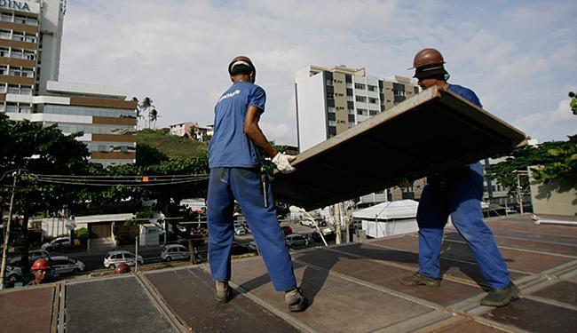 Montagens na orla estão sendo alvos de rigorosa fiscalização de órgão municipal - Foto: Raul Spinassé l Ag. A TARDE