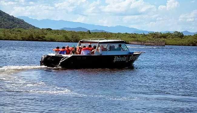 Os passageiros se aglomeraram em um lado e o barco virou - Foto: Divulgação/Pérola Negra Turismo