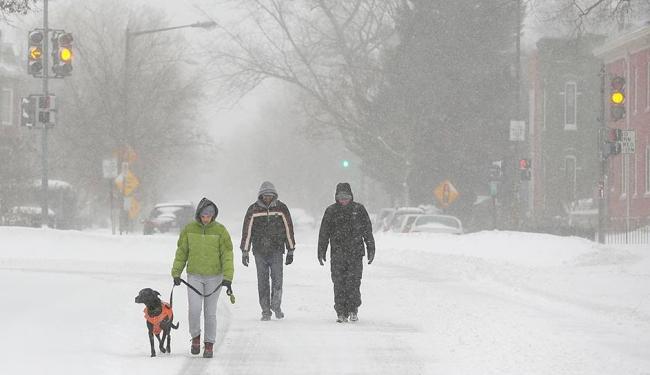 Apesar dos avisos, povo vai às ruas enfrentar o frio e a neve - Foto: Joshua Roberts | Reuters