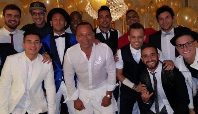 Jogador Neymar aparece ao lado do pai e de amigos mais próximos - Foto: Reprodução | Instagram