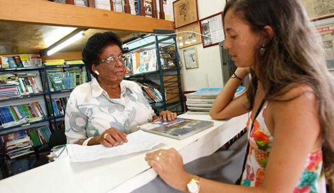 A professora Nilza Barbosa compartilha acervo com moradores da Liberdade e Lapinha - Foto: Mila Cordeiro | Ag. A TARDE