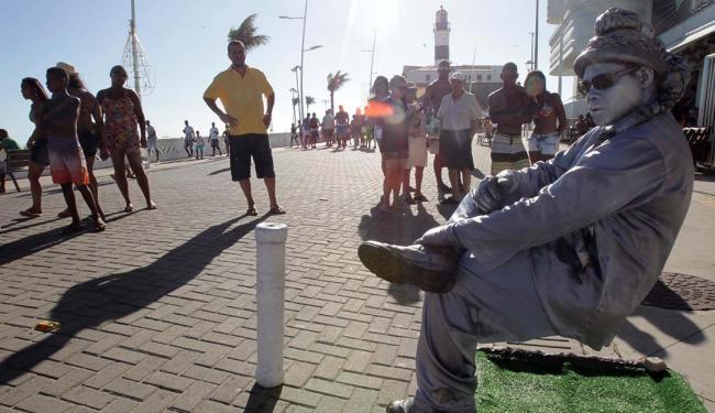 O artista de rua Denis Souza entretinha baianos e turistas no Porto da Barra - Foto: Lúcio Távora | Ag. A TARDE