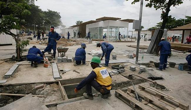 Operários trabalham em regime de 24 horas para garantir o término das intervenções no bairro - Foto: Raul Spinassé l Ag. A TARDE