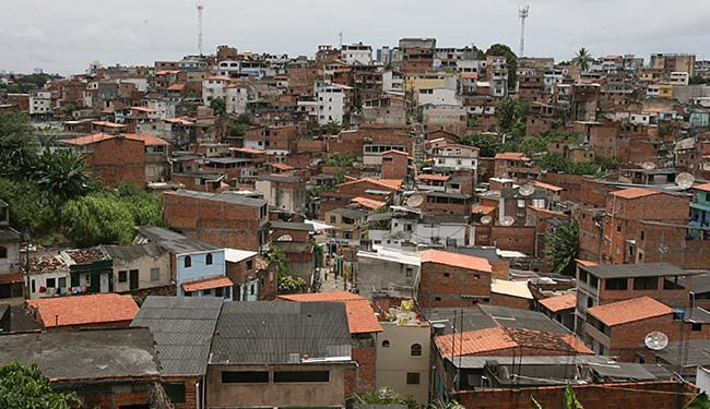 No bairro, programa vai reformar 507 residências em situação precária - Foto: Arestides Baptista   Ag. A TARDE l 16.10.2007