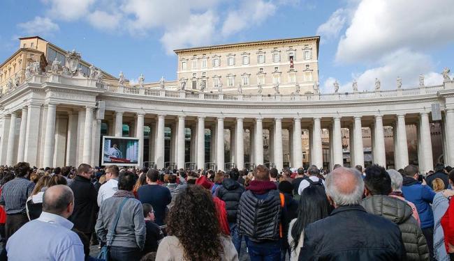 Fiéis reunidos na Praça São Pedro, no Vaticano - Foto: Giampiero Sposito   Reuters   10.01.2016