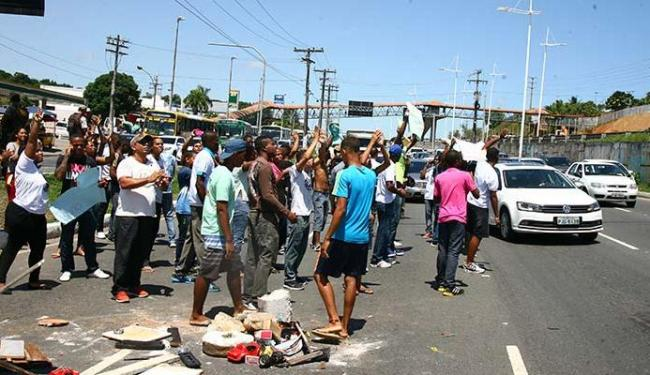 Moradores de Pernambués foram protestar na entrada do bairro, na avenida Paralela - Foto: Joá Souza | Ag. A TARDE
