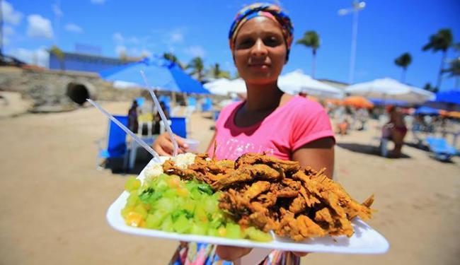 Vanusa Pereira vende uma porção de pititinga por R$ 22 na praia de Itapuã - Foto: Joá Souza  Ag. A TARDE