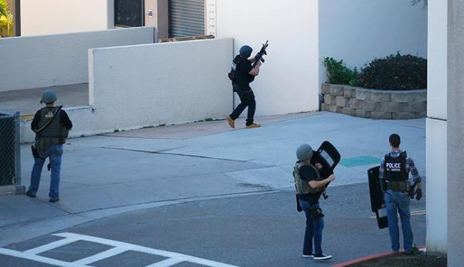 Policiais tentam entrar no centro para controlar atirador - Foto: Mike Blake / Reuters