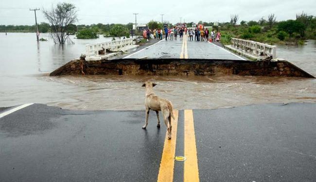 Ponte não suportou força da água e caiu em Riachão - Foto: Luiz Tito   Ag. A TARDE 22.1.2016