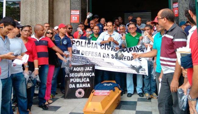 Policiais fizeram ato em frente a sede da Polícia Civil - Foto: Edilson Lima | Ag. A TARDE