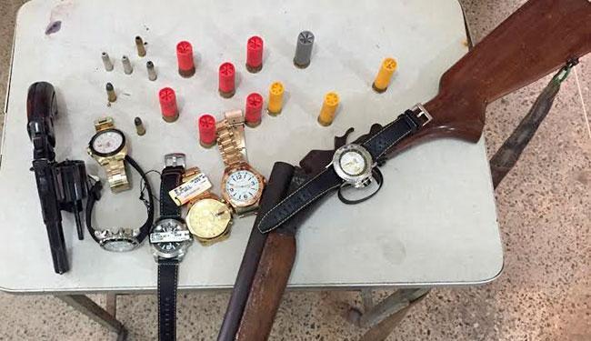 O suspeito tentou desfazer-se do revólver que levava quando percebeu a aproximação dos policiais - Foto: Divulgação | Polícia Civil