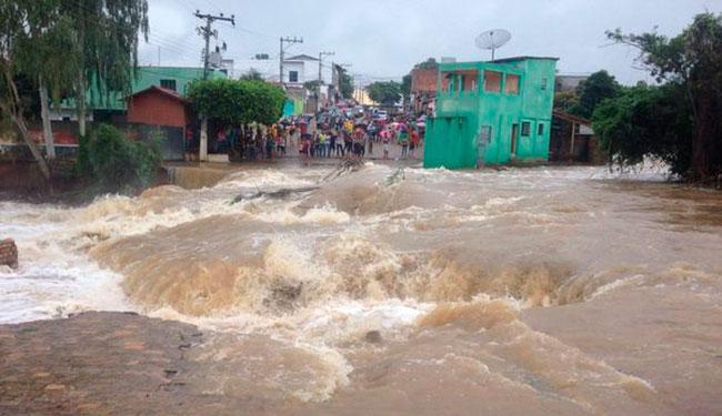 A força da água de represa rompida na segunda-feira, 25, derrubou uma ponte da cidade - Foto: Reprodução | Blog do Anderson