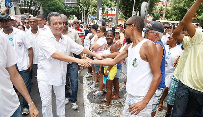Rui, cumprimentado nas ruas, participa do primeiro cortejo como governador - Foto: Luciano da Matta l Ag. A TARDE