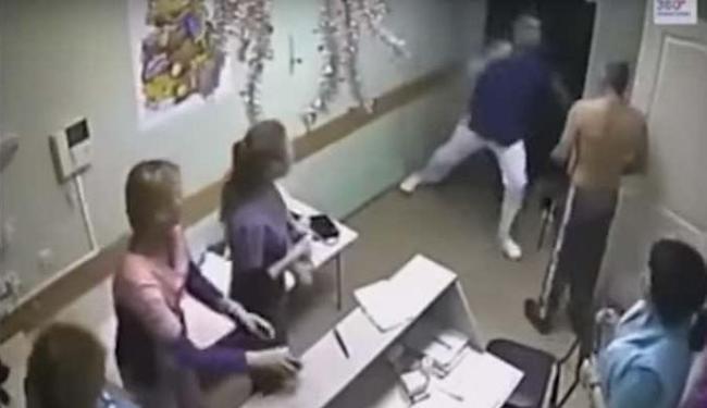 Médico agrediu paciente, que teve traumatismo craniano - Foto: Reprodução   Youtube