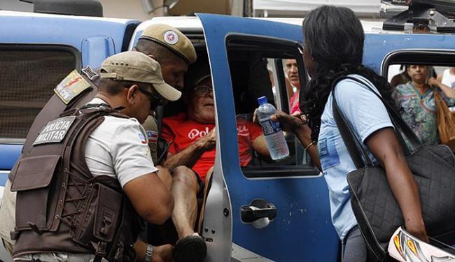 Idoso ficou abalado com a tentativa de roubo e recebeu atendimento de militares - Foto: Luiz Tito l Ag. A TARDE
