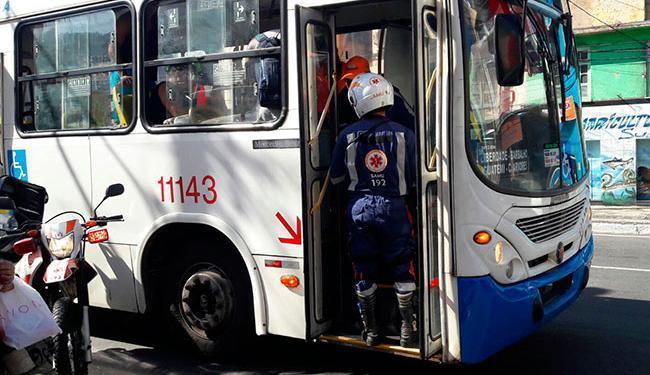 A briga começou após uma mulher desmaiar no veículo - Foto: Alan Oliveira | Ag. A TARDE