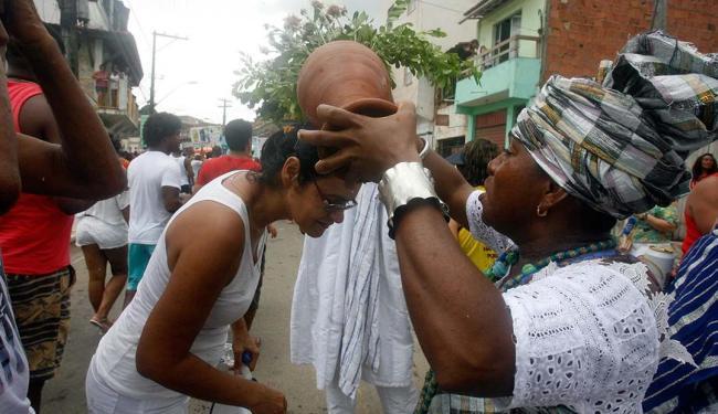Fiéis tomaram banho de água de cheiro em busca de purificação - Foto: Luiz Tito | Ag. A TARDE