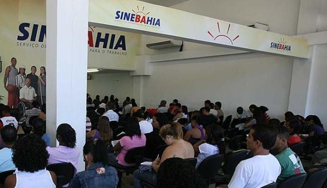 As senhas são distribuídas a partir das 6h10 nas unidades do SineBahia - Foto: Erik Salles | Ag. A TARDE | 10.05.2011