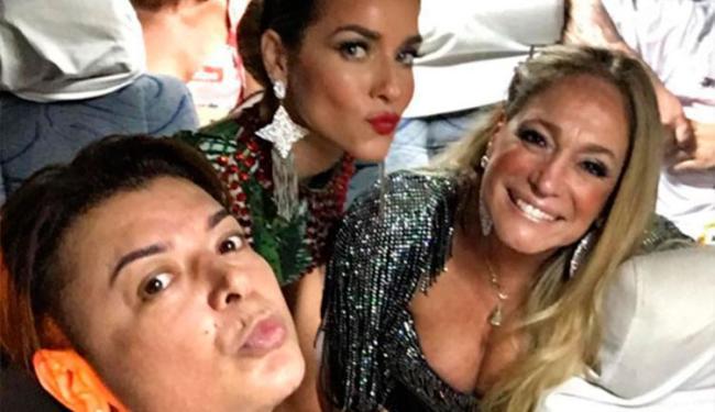 Depois da queda, a atriz foi amparada pelo promoter David Brasil e por alguns seguranças - Foto: Reprodução | Instagram