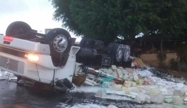 O motorista perdeu o controle do veículo após passar por um quebra-molas com a pista molhada - Foto: Thainá Lôbo l Voz da Bahia