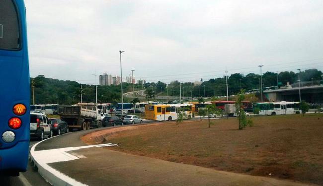 O trânsito está lento na região da Ligação Iguatemi-Paralela - Foto: Giovanna Castro   Ag. A TARDE   12.01.2016