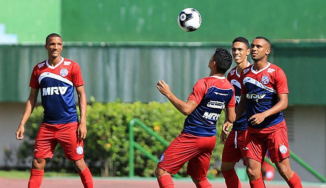 Jogadores do Bahia fazem aquecimento antes do treino desta quinta-feira, 28, em Pituaçu - Foto: Felipe Oliveira l EC Bahia