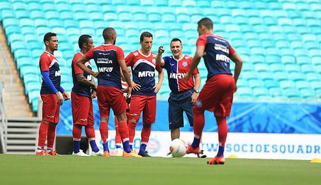 Doriva orienta seus atletas em treinamento na Fonte Nova - Foto: Joá Souza l Ag. A TARDE
