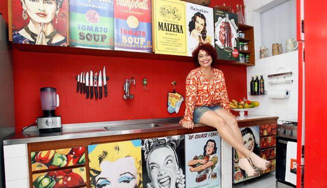 Valentina faz a adesivagem a partir da escolha do cliente - Foto: Mila Cordeiro | Ag. A TARDE