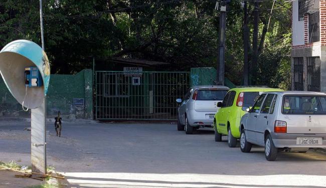 Vítima foi achada na R. Fernando Pedreira e agora está internada no Posto de Saúde de Tancredo Neves - Foto: Edilson Lima   Ag. A TARDE