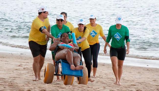 Ação auxilia portadores de deficiência física ou com dificuldade de locomoção a tomar banho de mar - Foto: Divulgação | ParaPraia