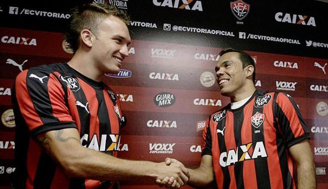 Willian Farias (E) e Leandro Domingues posaram com a camisa do Vitória na apresentação - Foto: Raul Spinassé l Ag. A TARDE