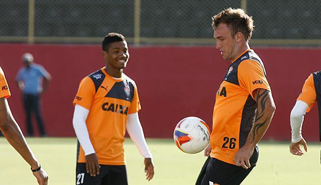 Recém-contratado e titular no amistoso, Willian Farias domina a bola em treino no Barradão - Foto: Lúcio Távora l Ag. A TARDE