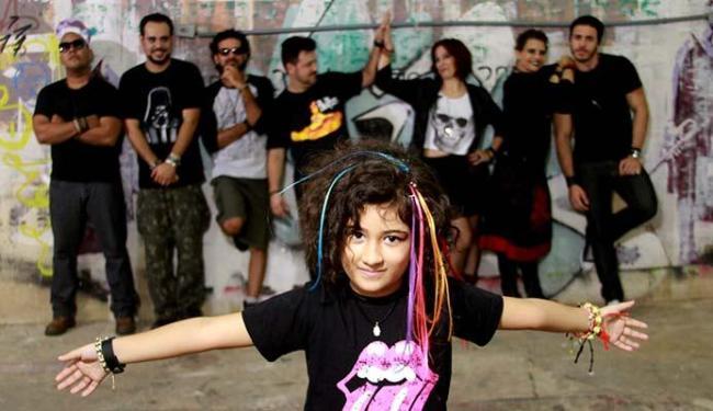 A menina Zizi à frente do espetáculo Rock in Family - Foto: Alessandra Nohvais | Divulgação
