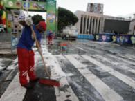 Muita água e sabão para limpar as ruas dos circuitos - Foto: Joá Souza | Ag. A TARDE | 10.02.2016