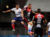 Jogadores disputam a bola no alto na Arena Fonte Nova - Foto: Raul Spinassé | Ag. A TARDE