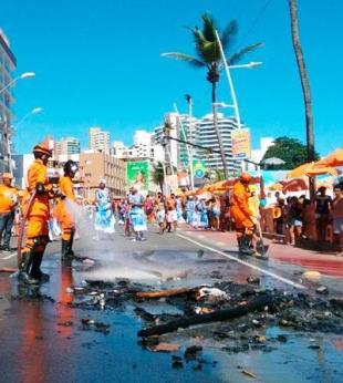 Venda de cerveja provoca protesto de ambulantes no circuito da Barra - Foto: Raul Spinassé | Ag. A TARDE
