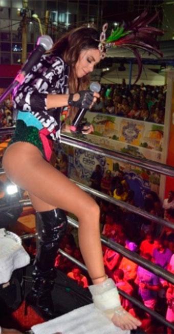 A cantora Alinne Rosa machucou o pé próximo ao Farol da Barra - Foto: Felipe Souto Maior   Divulgação