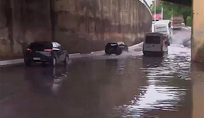 Motoristas encontram alagamento no Dique e Ladeira da Fonte - Foto: Reprodução | TV Bahia
