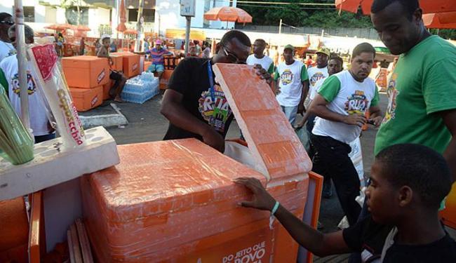 Ambulantes cadastrados para trabalhar no Carnaval são fiscalizados por agentes da prefeitura - Foto: Silvio Tito l Agecom PMS