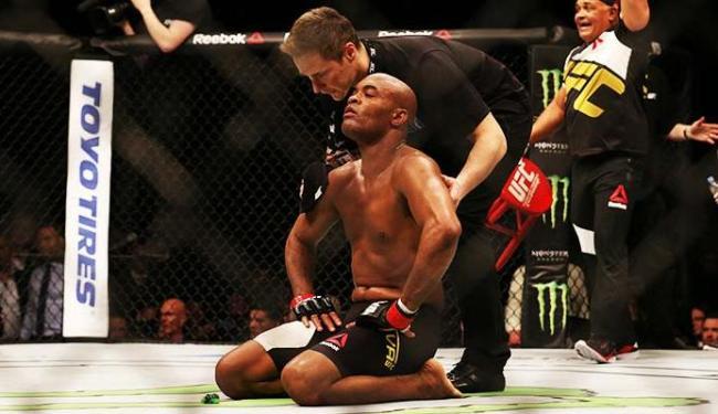 Anderson Silva foi derrotado na luta de sábado e saiu sentido dores no tornozelo - Foto: Matthew Childs | Agência Reuters