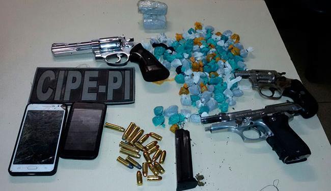 Junto com grupo, foram apreendidas drogas embaladas para consumo e três armas - Foto: Divulgação   Polícia Militar