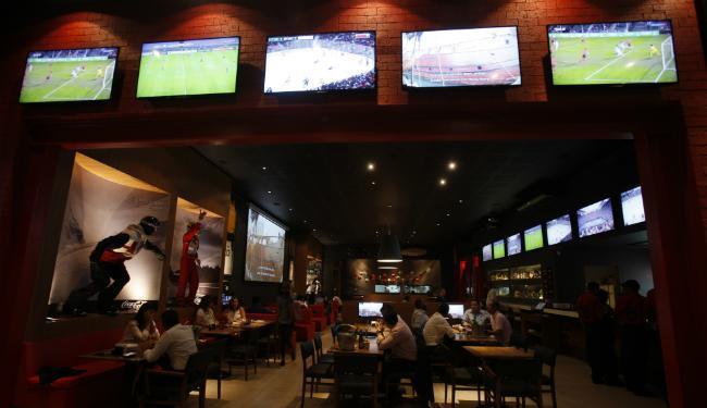 Com decoração temática, o Five Sport Bar funciona há um mês na Graça - Foto: Lúcio Távora   Ag. A TARDE