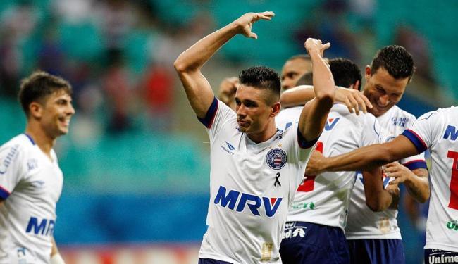Hernane reclama com a torcida após fazer o primeiro gol do Bahia - Foto: Raul Spinassé | Ag. A TARDE