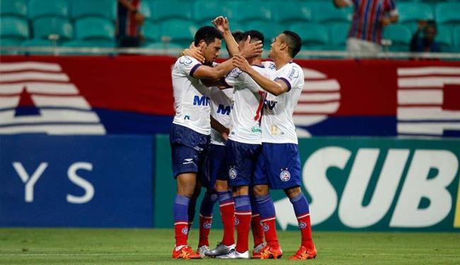 Jogadores comemoram primeiro gol do Bahia - Foto: Raul Spinassé | Ag. A TARDE