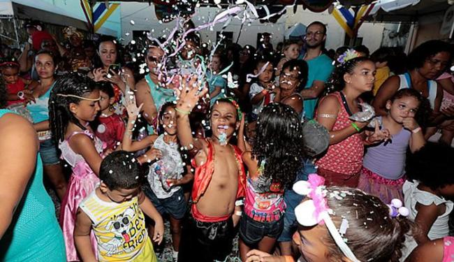 Farra de confetes no Largo Pedro Archanjo - Foto: Lucas Melo l Ag. A TARDE