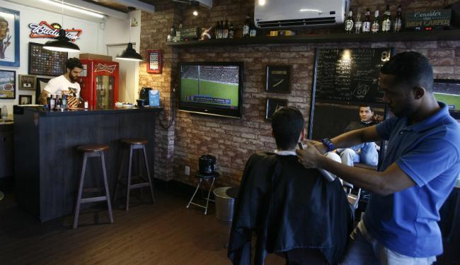 Na (Bar)bearia, na Pituba, a primeira long neck está inclusa no corte - Foto: Lúcio Távora | Ag. A TARDE