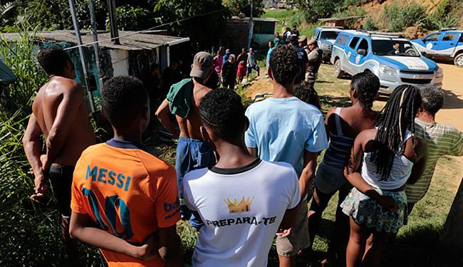 População assustada se reuniu para conferir o trabalho da perícia - Foto: Lucas Melo   Ag. A TARDE