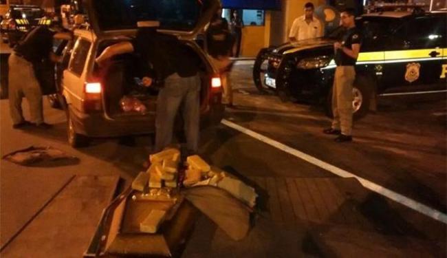 Os policiais encontraram a droga em diversas partes do carro - Foto: Reprodução l Acorda Cidade