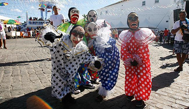 Durante o Carnaval, as ruas são tomadas pelos mascarados - Foto: Luiz Tito l Ag. A TARDE
